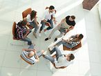people sitting on chairs in a circle and talking / © FotolEdhar/ Fotolia.com