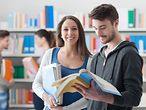 Studenten in der Bibliothek / Students in the Library / © stokkete / Fotolia